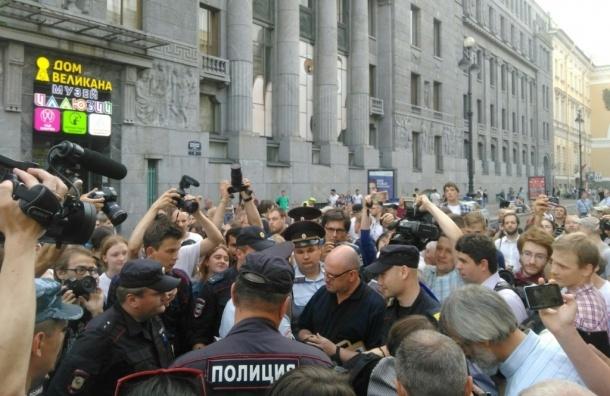 ОМОН и полиция дежурят на сходе против «пакета Яровой» в центре Петербурга