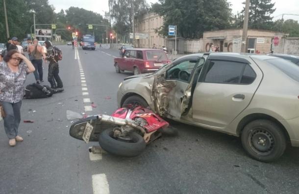 Мотоциклист с подругой попали в больницу после ДТП на Полюстровском