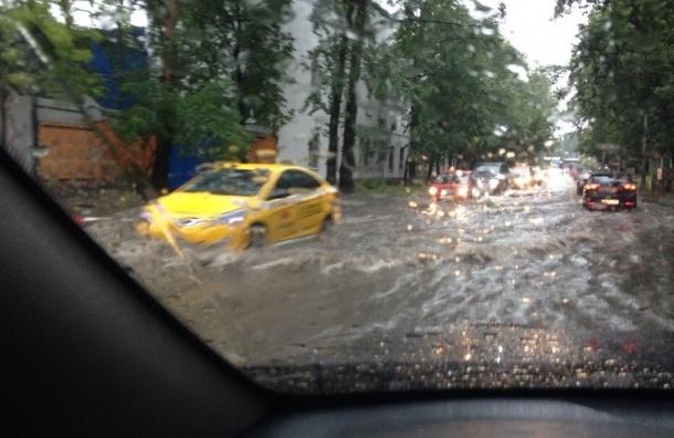 Сильный дождь мешает вылету из Москвы более 50 рейсов