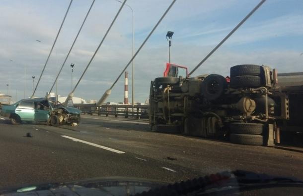 «ВАЗ» перевернул самосвал с песком на Вантовом мосту