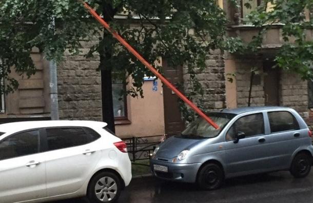 Брус «пробил» лобовое стекло припаркованному Daewoo Matiz