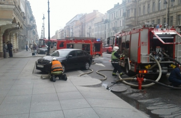 Семь расчетов тушат пожар на Конной улице
