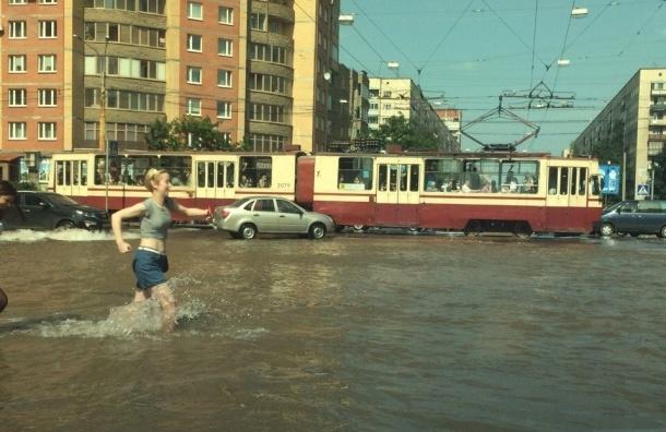 Проспект Луначарского и улица Есенина «принимают внеплановую ванну»