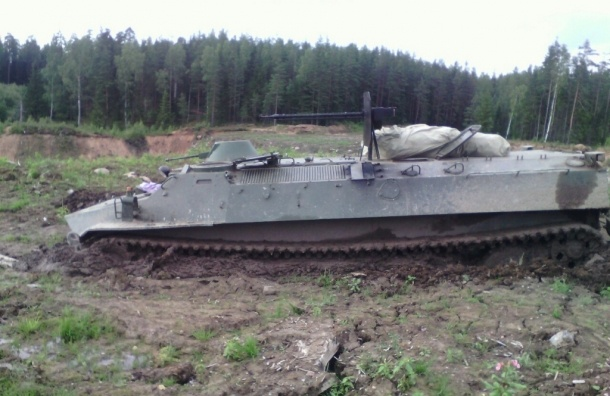 Танк застрял в грязи под Петербургом