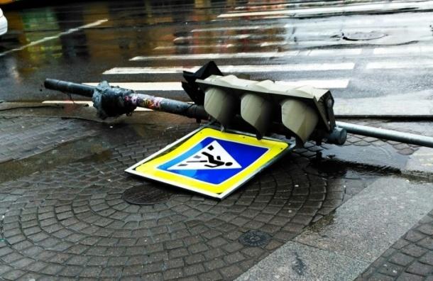 Светофор упал на Садовой улице