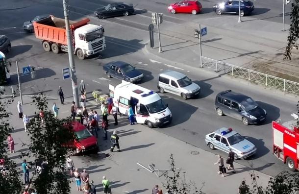 Машина вылетела на остановку на проспекте Наставников