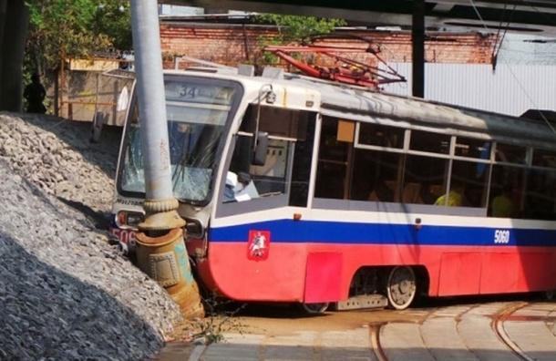 Трамвай врезался в столб в Москве, есть пострадавшие
