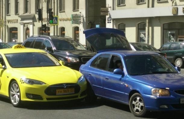 Tesla-такси попало в ДТП на Литейном