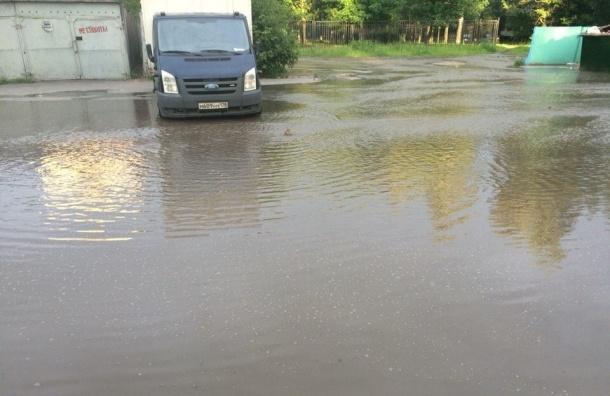 Проспект Луначарского затопило из-за прорыва трубы