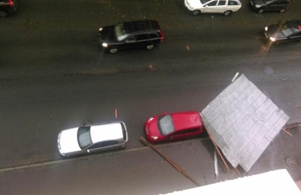Ветер сорвал крышу дома на Нарвском проспекте