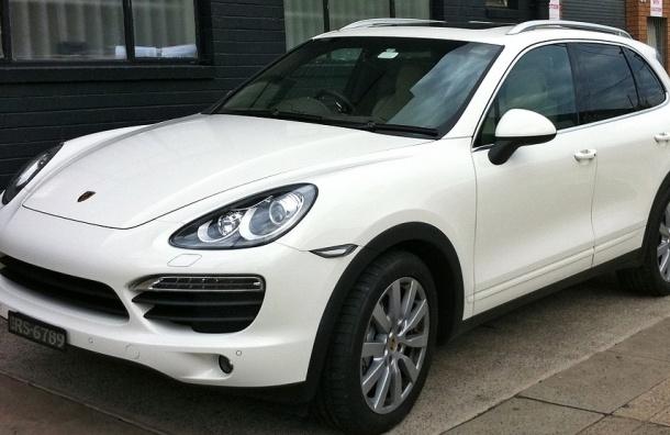 Молодая пара угнала Porsche Cayenne с улицы Маршала Новикова