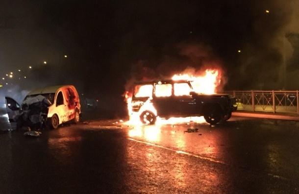 Gelandewagen сгорел после ДТП в Купчино