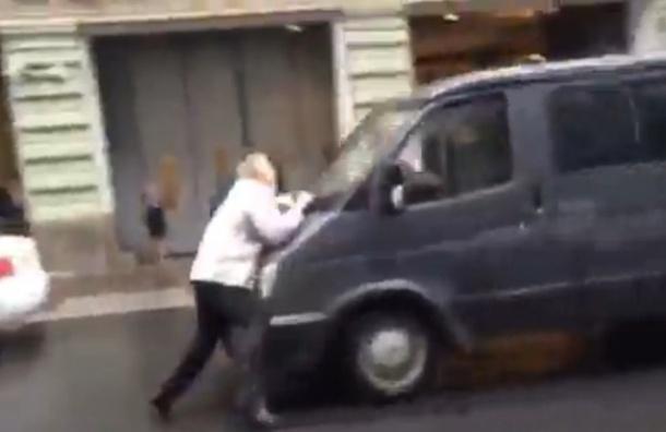 Грабители на Восстания вырвали у мужчины сумку с 1 млн рублей