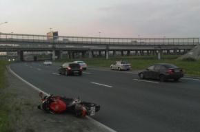 Очевидцы: Мотоциклист погиб в аварии на съезде с КАД