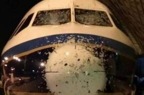 Самолет в Китае повредило градом во время полета