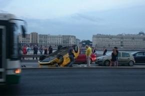 Такси на Арсенальной набережной взлетело и легло на крышу