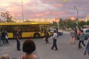 Автобус «выбросил» кроссовер на тротуар на улице Демьяна Бедного