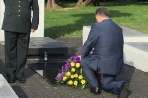 Рунет смеется над рванным носком Порошенко, а украинцы хвалят президента за мужество