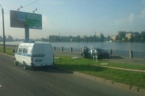Toyota Camry «нырнула» в Неву на Октябрьской набережной, двое погибли
