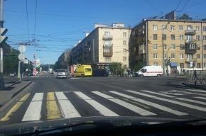 Иномарка опрокинулась на бок из-за аварии на шоссе Революции