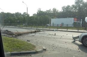 Иномарка сбила столб на проспекте Большевиков