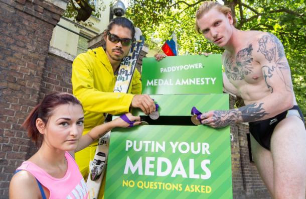 «Putin your medals»: у посольства РФ появилась коробка для возврата медалей