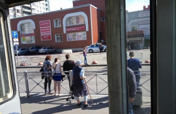 Очевидцы: Полиция оцепила универсам «Народный» на Косыгина