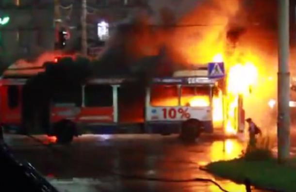 Троллейбус сгорел в Петрозаводске после удара молнии