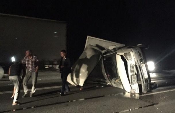 «ГАЗель» опрокинулась на Московском шоссе и рассыпала саморезы