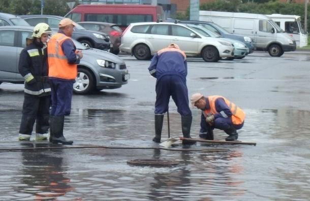 Дорожные предприятия в Петербурге перешли на усиленный режим из-за дождей