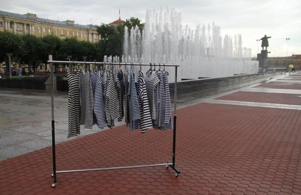 Вешалки с сухими тельняшками для десантников появились у фонтанов