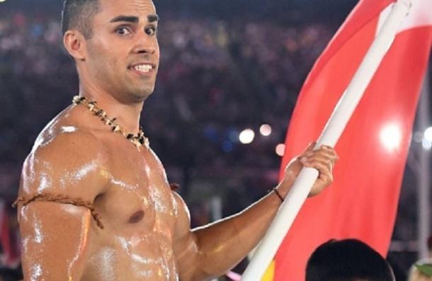 Тхэквондист из Тонга вышел на открытие Олимпиады в «одежде» из масла