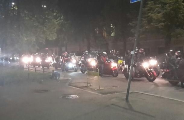 Сотни мотоциклистов собрались на Васильевском острове для участия в мотопробеге
