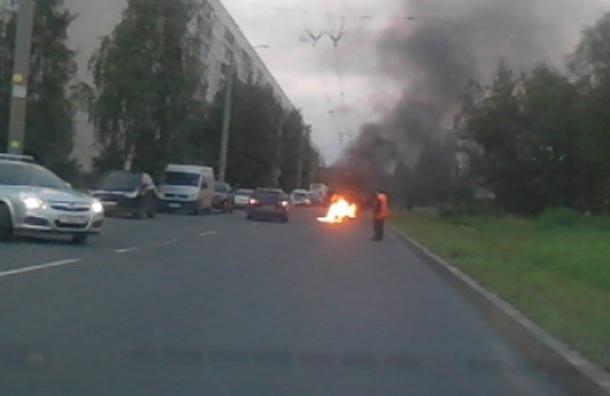 Очевидцы: На проспекте Есенина загорелся мотоцикл