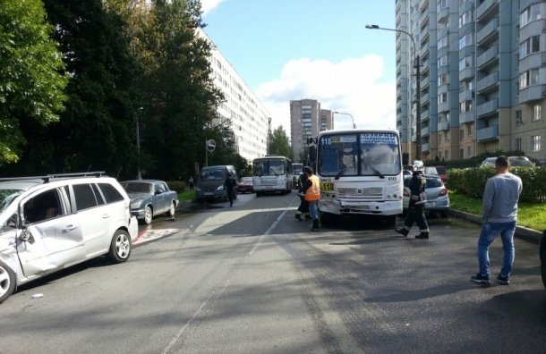 Иномарка и маршрутка столкнулась на Тимуровской улице