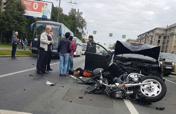 Volkswagen сбил мотоциклиста на Московском проспекте