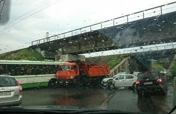 Автобус, «КамАЗ» и легковушка столкнулись в Колпино