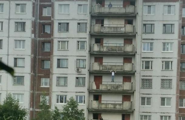 Подросток упал с балкона дома на Выборгском шоссе