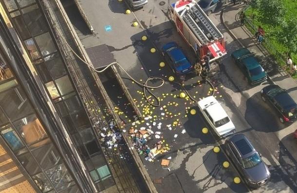 Телефонами путан усыпало двор после пожара на улице Михаила Дудина
