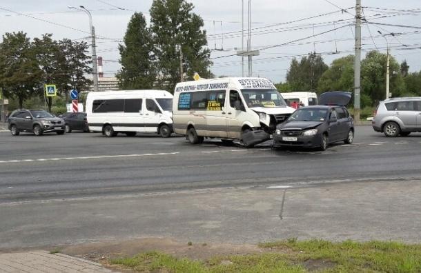 Маршрутка попала в ДТП на проспекте Ветеранов