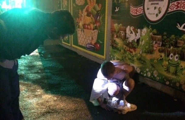 Голый мужчина пытался затащить мусорку в ларек на улице Замшина
