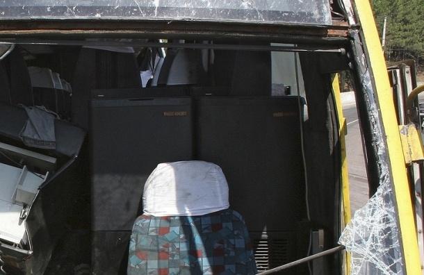 СМИ: Пять человек погибли в Крыму после падения автобуса с обрыва