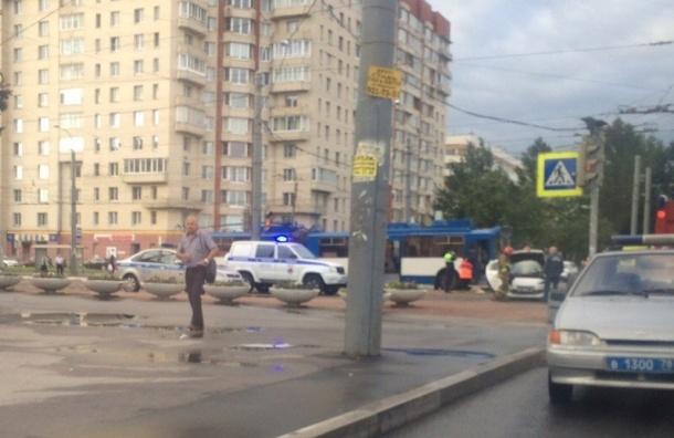 Троллейбус и две иномарки столкнулись на проспекте Ветеранов
