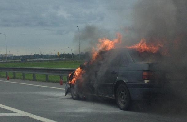 Volkswagen Passat сгорел на Выборгском шоссе
