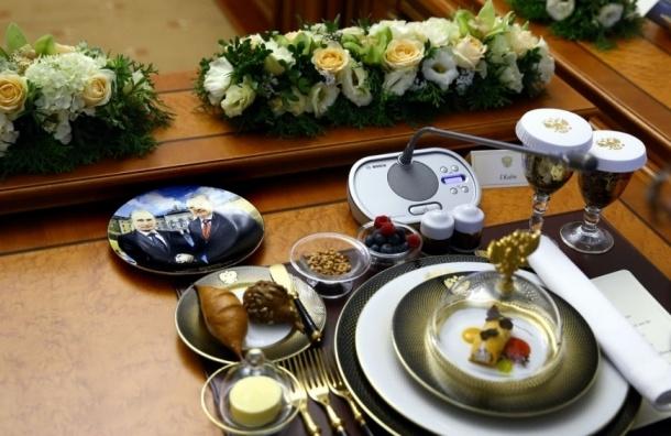 Обеденный стол на встрече Путина и Эрдогана украсили тарелками с Путиным и Эрдоганом