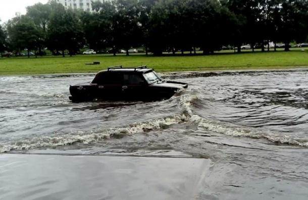 Машины глохнут на затопленных дорогах на юге Петербурга