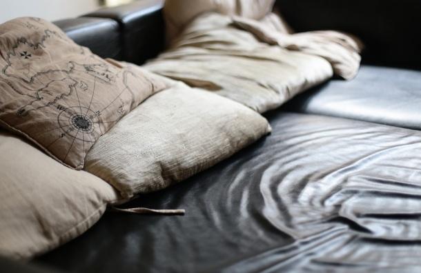 Трупы мужчин нашли в диване на Октябрьской набережной