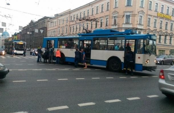 Пассажиры толкали сломавшийся троллейбус в Петербурге