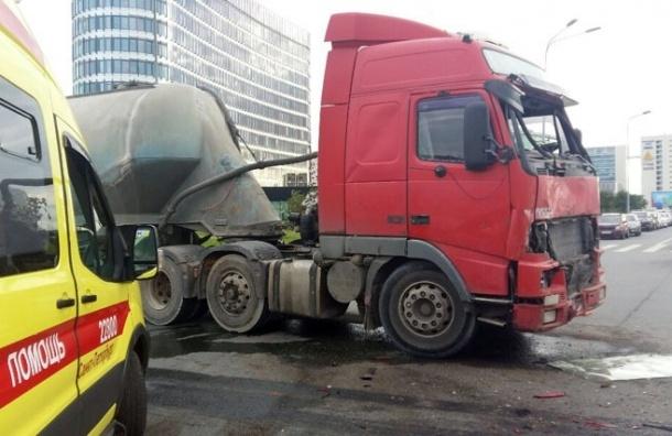 Десять пассажиров маршрутки пострадали при столкновении на Стартовой с цементовозом