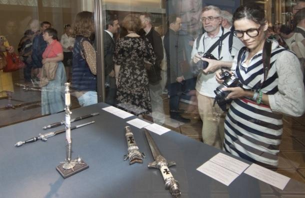 Впервые в Эрмитаже собрали стильное оружие со всей России